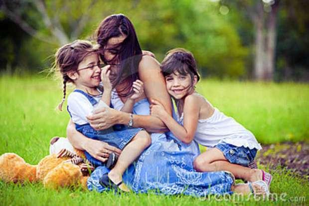 madre-y-dos-hijas-que-juegan-en-hierba-13762349