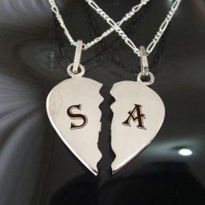 S y A